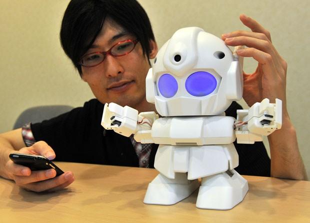 Rapiro é um robô construído para ser barato e usa o PC de US$ 50 (Raspberry Pi) como cérebro (Foto: Yoshikazu Tsuno/AFP)