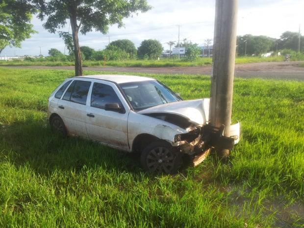 Carro bateu em poste na avenida Gury Marques, em Campo Grande (Foto: Sérgio Saturnino/TV Morena)
