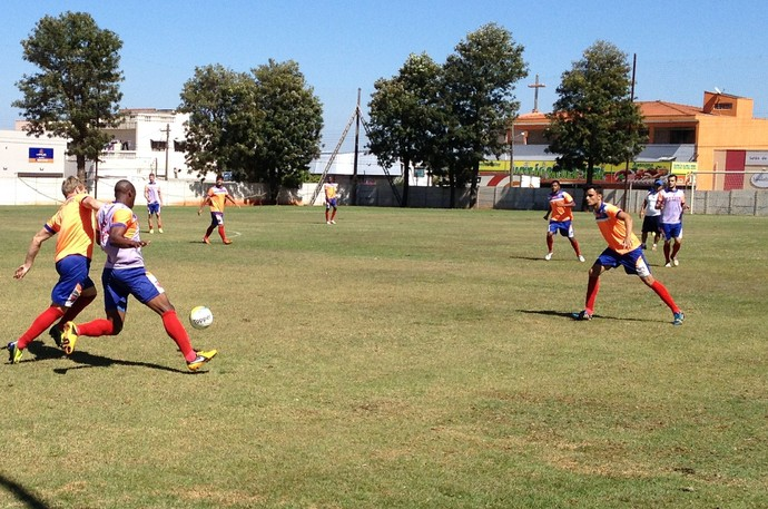 Trabalho tático definiu mudança para o esquema 3-5-2 para o jogo de domingo, com o Guariba (Foto: Mateus Tarifa / GloboEsporte.com)
