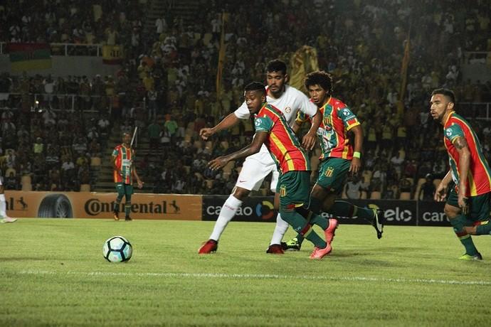 Em pleno Castelão, Sampaio Corrêa foi goleado pelo Internacional por 4 a 1 (Foto: Sampaio /  Divulgação)