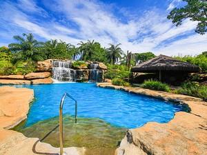 Piscina com cascata é atração no Hotel Fazenda Granja Glória em Itaúna (Foto: Granja Glória/Divulgação)