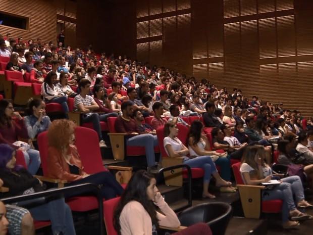 Estudantes assistem à aula show em Campinas para o vestibular da Unicamp (Foto: Reprodução/EPTV)