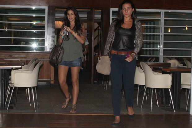 Bruna Marquezine com amiga em restaurante no Rio (Foto: Delson Silva/ Ag. News)