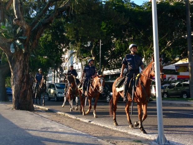 Sete policiais a cavalos passaram por volta das 16h15 no local do crime (Foto: Káthia Mello / G1)