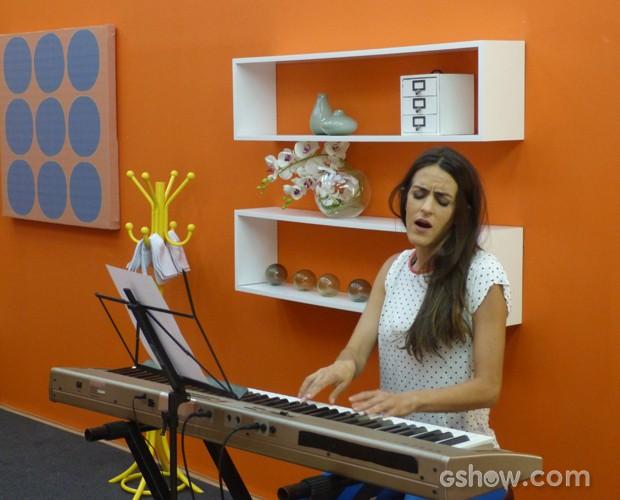Luciana Paes aproveita mostra lado pianista e se solta no teclado (Foto: Domingão do Faustão/ TV Globo)