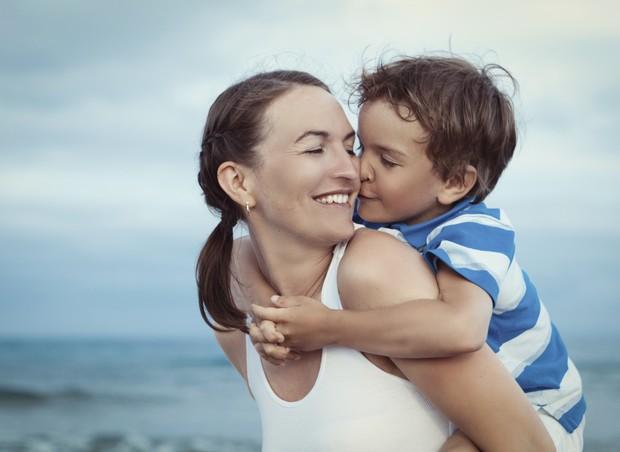 mae; filho; praia (Foto: Thinkstock)
