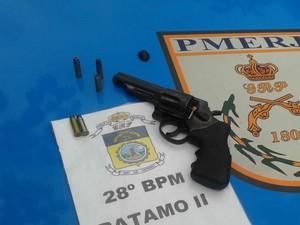 Revólver apreendido na casa do suspeito (Foto: Divulgação/Polícia Militar)