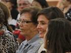 Deborah Secco acompanha missa com participação do namorado