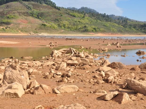 Represa da Ponte Novam, em Salesópolis, exibe pedras de seu leito (Foto: Edson Martins/Jornal O Diário)