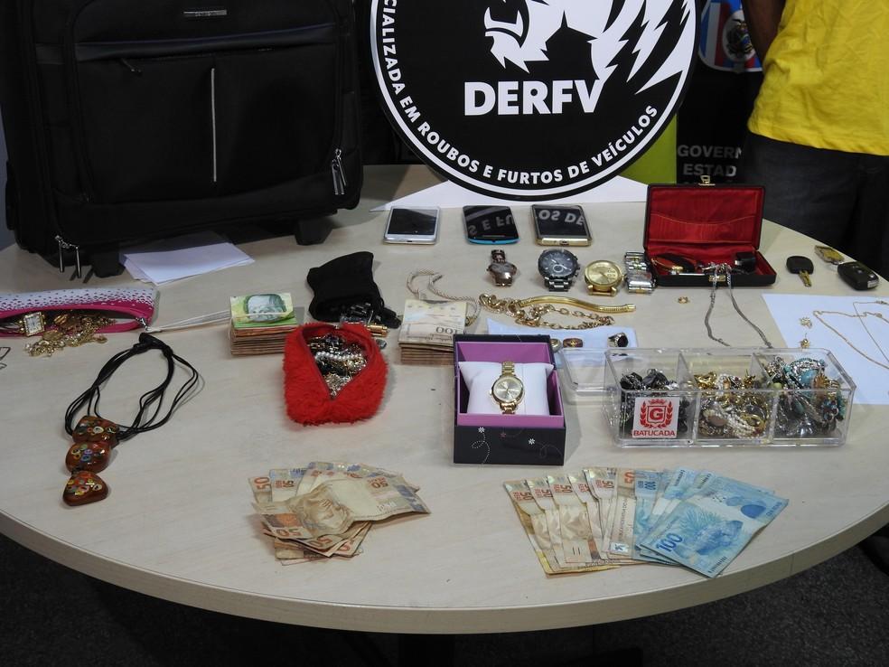 Parte das joias roubadas foram recuperadas (Foto: Suelen Gonçalves)