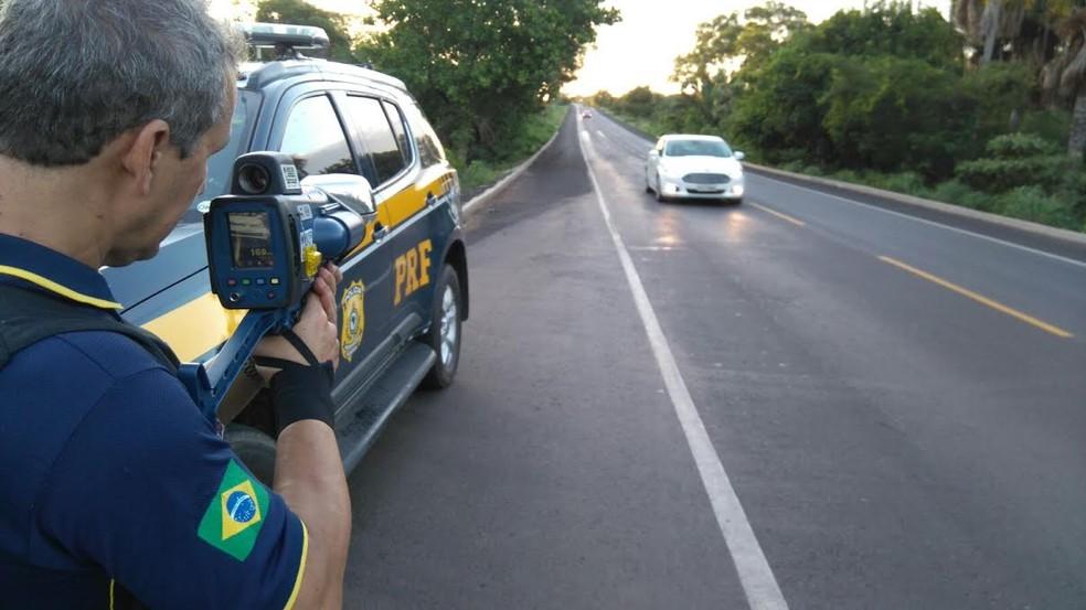 Polícia Rodoviária Federal realiza fiscalização de velocidade em rodovia (Foto: Divulgação/PRF)