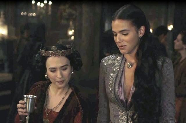 Tatá Werneck e Bruna Marquezine em cena de 'Deus salve o rei' (Foto: TV Globo)