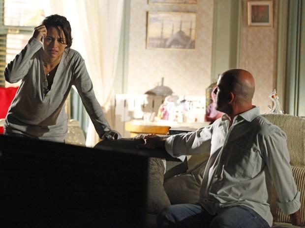 Morena se emociona ao descobrir que Théo estava na Turquia (Foto: Salve Jorge/TV Globo)