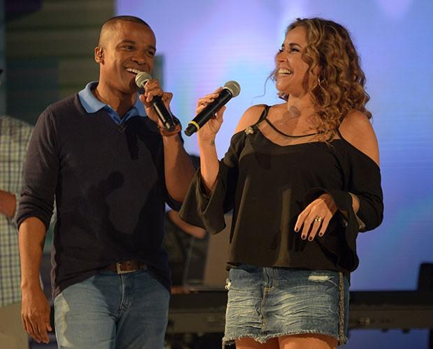 Alexandre Pires e Daniela Mercury se divertem na passagem de som (Foto: Camila Serejo/Gshow)