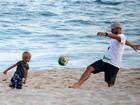 Programa de meninos! Rodrigo Hilbert leva filho à praia