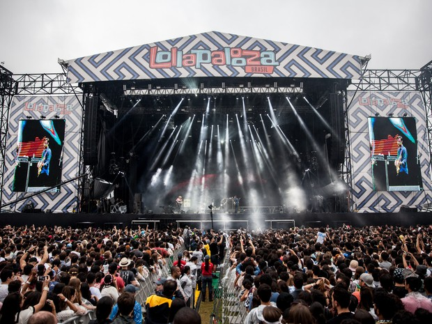 A banda inglesa The Kooks se apresenta no palco Onix do Lollapalooza (Foto: Marcelo Brandt/G1)