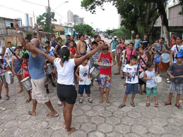 Crianças preparam-se para o desfile pelas ruas do bairro do Telégrafo, em Belém. (Foto: Divulgação/Fundação Curro Velho)