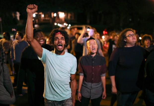 Grupo protesta pela morte de Philando Castile em ação policial em Minnesota. (Foto: Jeff Wheeler/Star Tribune/AP)