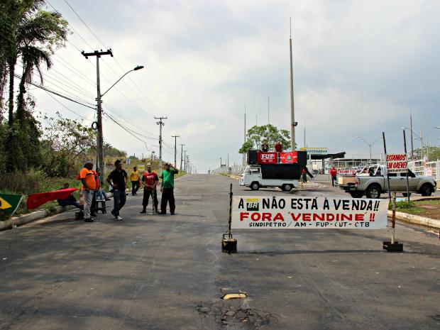 Categoria está em greve desde o dia 1º de novembro  (Foto: Adneison Severiano/ G1 AM)