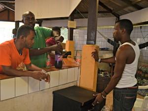 Comércio instalado dentro do abrigo da capital acreana (Foto: Aline Nascimento/G1)
