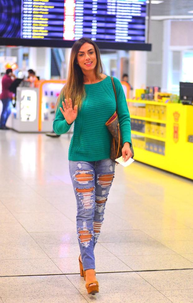 Nicole Bahls no aeroporto (Foto: William Oda/ Ag. News)