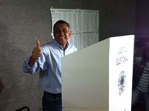 Gilmar Machado foi recepcionado por eleitores antes de votar (Foto: Caroline Aleixo/G1)