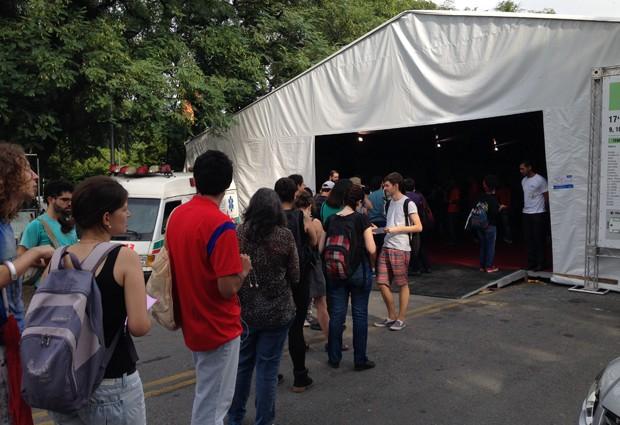 8H30: Pouco antes de as luzes se acenderem nas tendas da Festa do Livro da USP, dezenas de pessoas já aguardavam pelo início das vendas na Cosac Naify (Foto: Ana Carolina Moreno/G1)