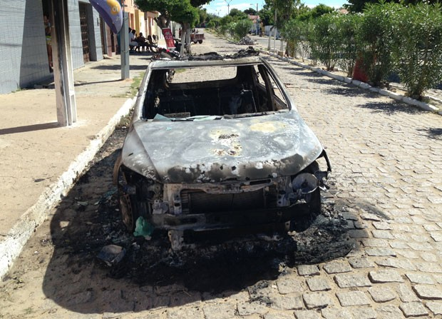 Segundo a própria PM, bomba foi colocada embaixo do veículo (Foto: Reubem Avelino)