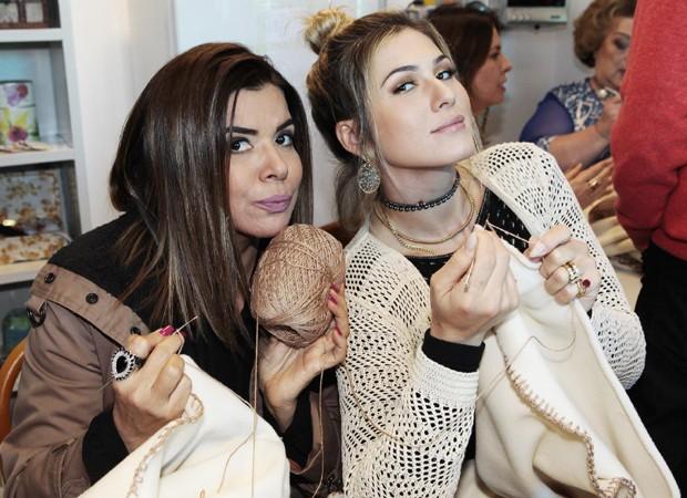 Mara Maravilha e Lívia Andrade (Foto: Lourival Ribeiro/SBT) maisa silva aprende a fazer crochê ao lado da mãe Maisa Silva aprende a fazer crochê ao lado da mãe mara maravilha e livia andr