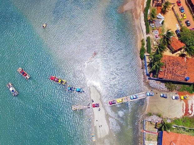 Travessia de balsa em Barra do Rio, litoral Norte potiguar (Foto: Ney Douglas)
