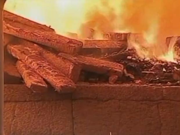 Droga foi incinerada em Lages (Foto: Reprodução RBS TV)