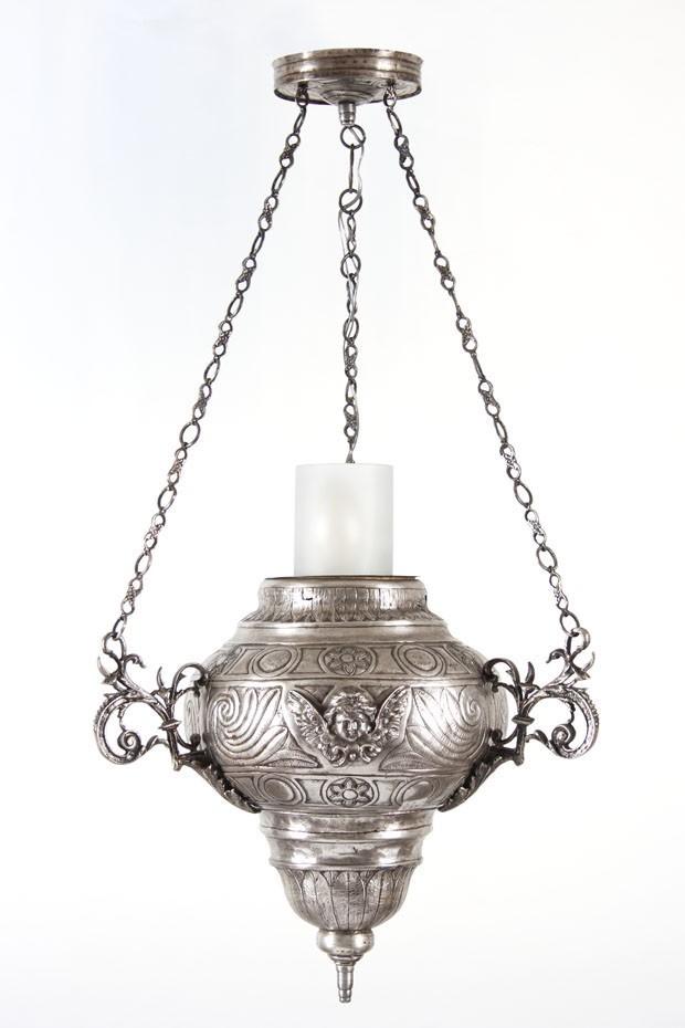 Anjo de Prata - Lampadário de metal com rosto de anjo. Banho de Prata. Dimensão: 42cm x 85cm de altura  De R$ 18.000 por R$ 8.000 (Foto: divulgação)