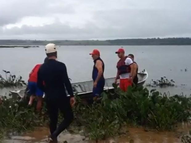 Bombeiros fazem buscas pelo pai e o filho no Rio Tietê  (Foto: Sandra Fonseca/ TV TEM)