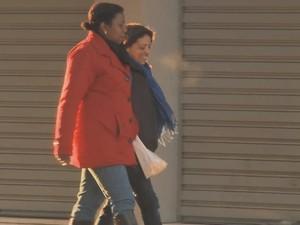 Frio obrigou moradores tirarem os casacos quentes do armário (Foto: Reprodução/RBS TV)