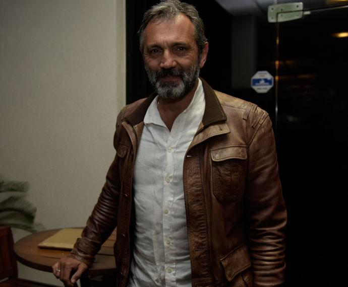 O protagonista Domingos Montagner, intérprete de Miguel, posou sorridente para os fotógrafos (Foto: Raphael Dias/ Gshow)