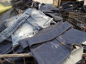 Peça jeans após alguns processos de beneficiamento (Foto: Paula Cavalcante/G1)