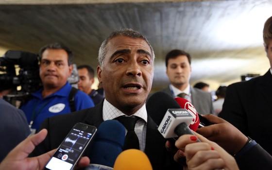 Senador Romário durante coletiva (Foto: Thiago Bernardes/FramePhoto / Agência O Globo)
