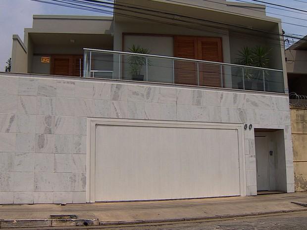 Frente da casa onde médico foi preso em Cruzeiro (Foto: Reprodução/ TV Vanguarda)