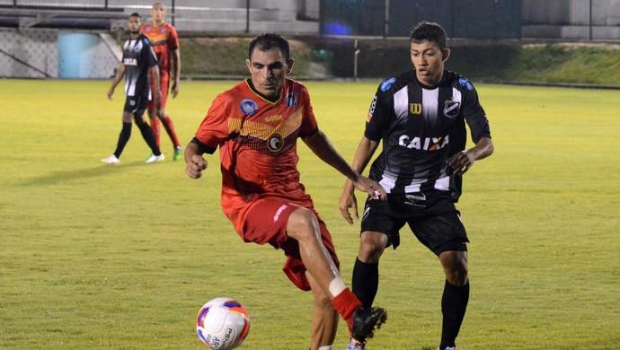 Josicley, meia do Globo FC - Chiclete, meia do ABC (Foto: Frankie Marcone/Divulgação/ABC)