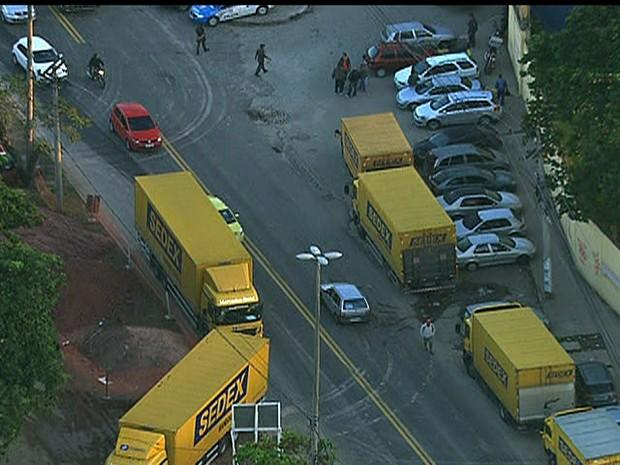 Grevistas tentam impedir circulação de caminhões dos Correios no Rio (Foto: Reprodução/TV Globo)