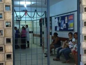 Ambulatório do Hospital Osvaldo Cruz, no Recife, fica repleto de bebês com microcefalia e mães (Foto: Divulgação / BBC)