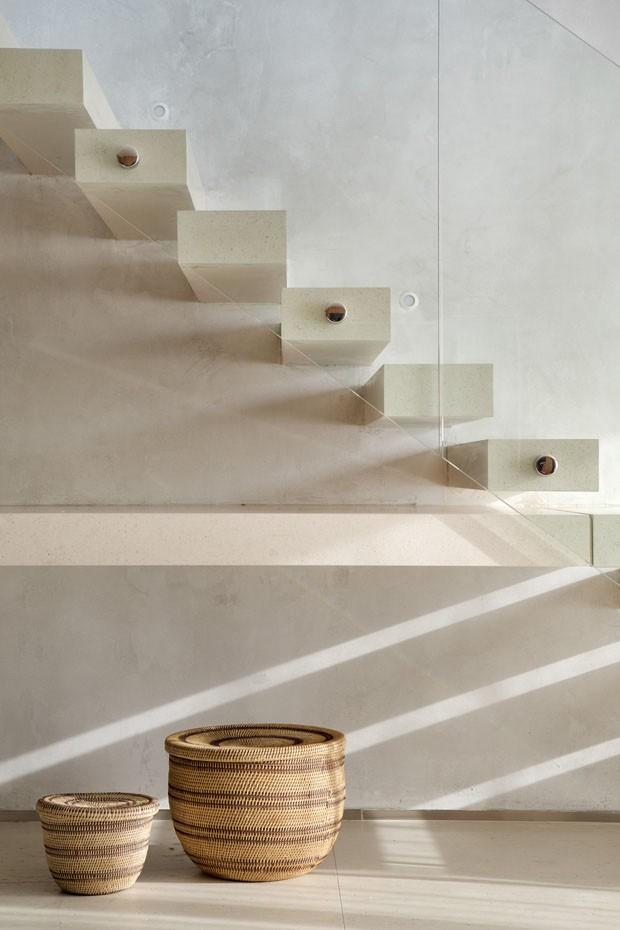 Reforma: nova escada no living aumenta a área deste dúplex (Foto: Denilson Machado/Divulgação)