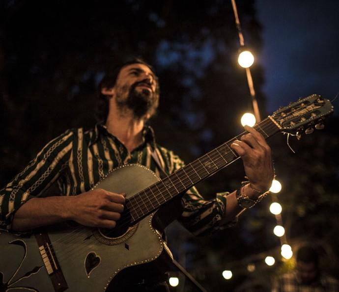 Júlio Andrade emocionando o público ao som de 'Amor Perfeito' (Foto: Gabriel Nascimento/Gshow)