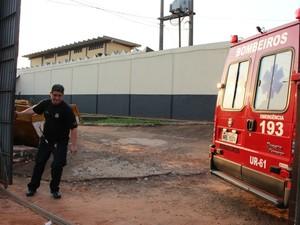 Viatura do Corpo de Bombeiros no pátio do Instituto Penal  (Foto: Maria Caroline Palieraqui/G1 MS)