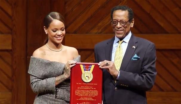 Em 2017, Rihanna recebe o prêmio de Ativista do Ano da Universidade de Harvard (Foto: Reprodução)