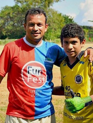 Bom de Bola e o ex-jogador Delmo (Foto: Michael Dantas/Sejel)