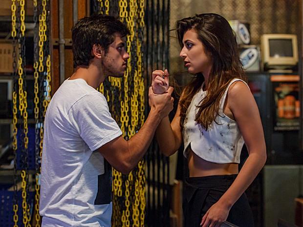 Cobra impede Jade de continuar com a compulsão e diz que vai ajudá-la (Foto: Artur Meninea / TV Globo)