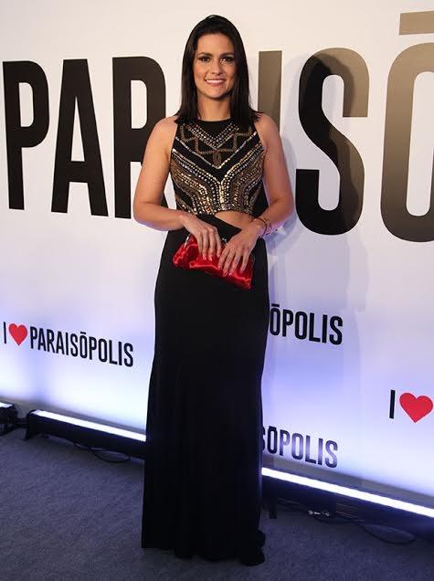 A atriz está arrasando com um vestido preto, com detalhes em dourado. Para completar o look, uma bolsa vermelha. Um luxo!  (Foto: Fabiano Battaglin/ Gshow)