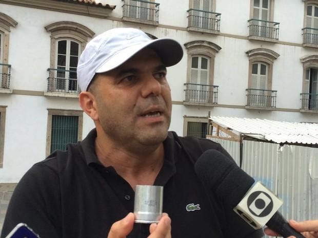 Integrante do Sindicato dos Servidores do Poder Judiciário (SindJustiça), Alzimar Andrade denunciou bomba de gás fora da validade (Foto: Matheus Rodrigues/G1)