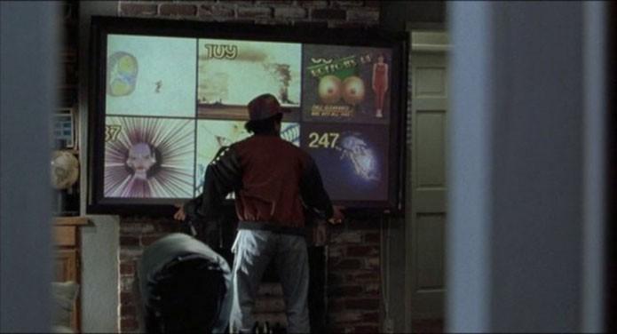 Monitores futuristas do filme se parecem com qualquer TV de 2015 (Foto: Reprodução/YouTube)
